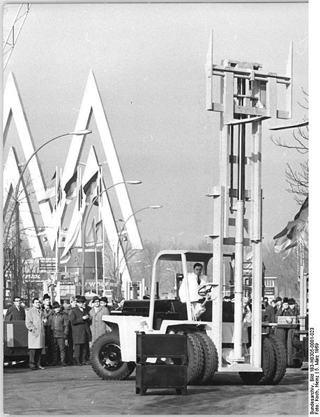 Tiefstapler @ wikimedia.org © Heinz Koch, Bundesarchiv, Bild 183-H0305-0001-023 / CC-BY-SA